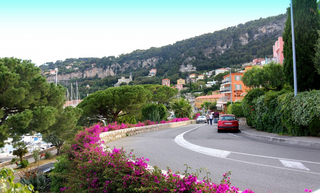 Winding road from Moyenne corniche to Basse corniche
